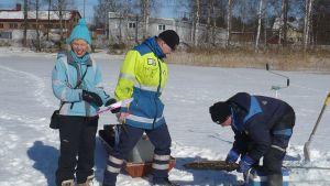 Luukkaanlahden sedimenttitutkimus 20.3.2013, Hämeenlinnan kaupungin ympäristöasiantuntija Heli Jutila ja Pöyry Finlandin maastoryhmä tutkimassa kairanäytettä