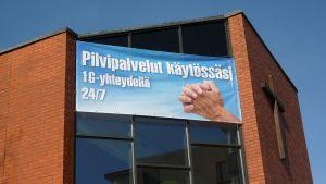 Mainosjuliste Nokian seurakuntakeskuksen seinässä