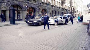 Poliisi ja takaa-ajettu auto Mikonkadulla Helsingissä.