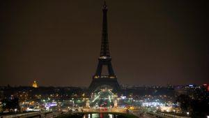 Earth Hour -kampanjan takia pimennetty Eiffel-torni Pariisissa.