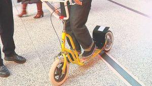 Uudentyyppinen potkupyörä testissä.