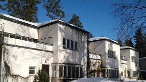 Kuvassa kiljavan sairaalan alirakennus, johon suunnitellaan Nurmijärven perhetukikeskusta