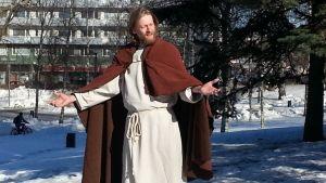 Jeesusta esittävä Timo Mikkola Via Cruciksen harjoituksissa 25. maaliskuuta.