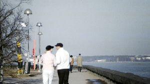 Lämmin päivä Kaivopuiston rannassa maaliskuun lopussa 2007.