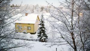 Rintamamiestalo talvisessa maisemassa.