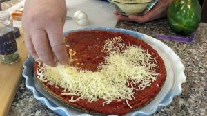 Pizzaan laitetaan juustoa.