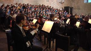 Cantores Minores ja Lohjan kaupunginorkesteri.