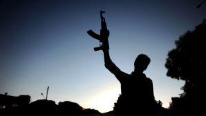 Kapinallisen siluetti Syyriassa.
