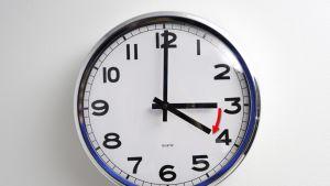 Kello, jossa kaksi viisaria.