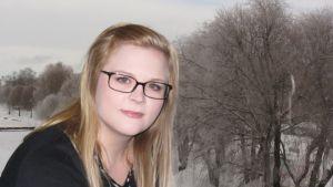 Kuvassa kokkolalainen lauluntekijä Heidi Maria Paalanen