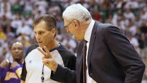Erotuomari Greg Willard ja Los Angeles Lakersin päävalmentaja Phil Jackson käyvät neuvonpitoa.