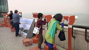 Turisteja Kiikaroimassa Pohjois-Korean puolelle.