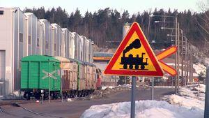 Liikennemerkki Kullasvaaran logistiikka-alueen maiseman edessä