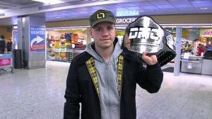 Jarkko Keränen olallaan mestaruusvyö.