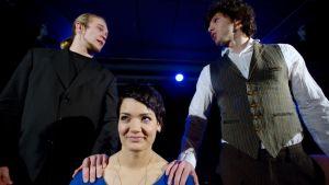 Antti Holopainen, Saara Rantanen ja Eero Pajunen esiintyvät ylioppilasteatterin näytelmässä Ihmisvihaaja.