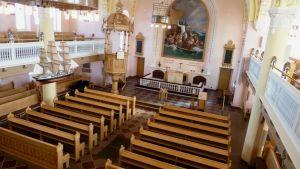 Entisöity Raahen kirkko on nyt vaaleampi ja valoisampi.