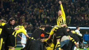 Dortmund-pelaajat juhlivat villisti voittoa.