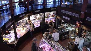 kuvassa hietalahden kauppahalli sisältä