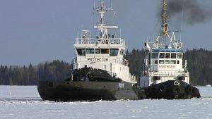 Jäänmurtajat Protector ja Artemis Saimaan kanavassa huhtikuussa 2013.