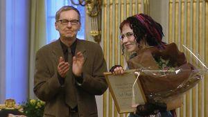 Kirjailja Sofi Oksanen vastaanottaa Ruotsin Akatemian pohjoismaisen kirjallisuuspalkinnon.