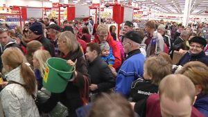 Kuvassa ihmisiä ruuhkaisessa marketissa