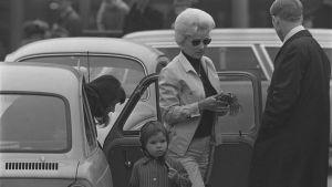 Perhe tulee ulos autosta 1960-luvulla.