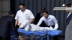 Mubarakia kuljetetaan paareilla.