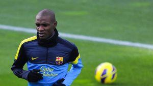 Barcelonan Eric Abidal hölkkää harjoituskentällä.