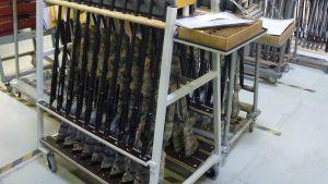 Aseita telineessä Sakon tehtaalla