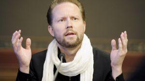 Pekka Himanen esittelee tulevaisuustutkimustaan Säätytalolla Helsingissä.