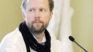 Pekka Himanen tulevaisuustutkimuksensa tiedotustilaisuudessa Smolnassa