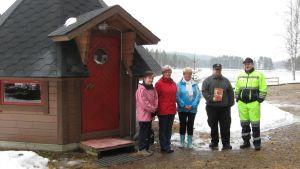 Paukkajan kylän väkeä kodan edustalla.