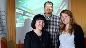 Radiofestivaalien tuottajat Essi Hietanan ja Aila Mulari, sekä suoran tv-lähetyksen vastaava Pasi Mäenpää.