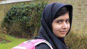 Malala Yousafzai reppu selässä.