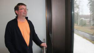 Kulttuuritoimittaja Kimmo Nevalainen katsoo kriittisesti harmaata kevätsäätä.