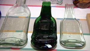 Vanhoista lasipulloista tehtyjä koriste-esineitä.