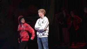 Kaksi nuorta teatterin lavalla.