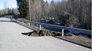 Tulvaveden romahduttama tie Kontiolahdella.