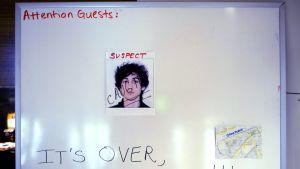 """Bostonilaisen hotellin ilmoitustaululla oli 20. huhtikuuta Dzohar Tsarnajevin valokuva ja teksti """"Se on ohitse, me saimme hänet!""""."""