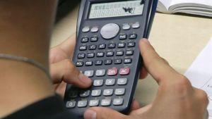 Oppilas laskee laskimella.