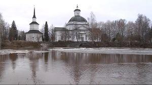 Lapuan tuomiokirkko ja tulvahuippu Lapuanjoella 20.4.2013.