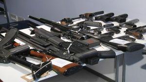 KRP:n liivijengeiltä takavarikoimia aseita huhtikuussa 2013.
