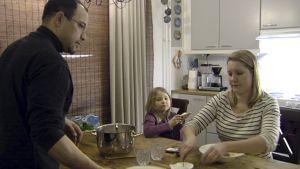 Kaksikulttuurinen perhe ruokapöydässä.