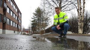 Tornion katupäällikkö Kari Hietala ihmettelee roudan tekemää kuoppaa Pohjolankadulla Tornion Putaalla.
