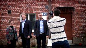 Tehtaanjohtaja Mervi Talus, Euroopan paperidivisioonan johtaja Kenneth Nystén ja Kemiran euroopan hr päällikkö valokuvattavina.