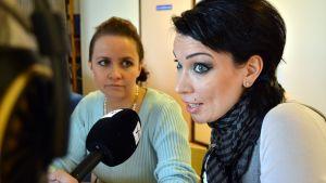 Tangokuningattaret Johanna Debreczeni (vas.) ja Mervi Koponen