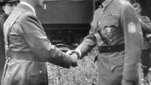 Puolustusvoimien kuva-arkistosta löytyy kuva Adolf Hitleristä onnittelemassa Carl Gustaf Emil Mannerheimiä tämän 75-vuotissyntymäpäivänä. Hitlerin takana seisoo presidentti Risto Ryti.