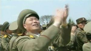 Pohjoiskorealainen sotilas taputtaa.