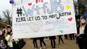 Justin Bieberin faneja Kaisaniemen puistossa.