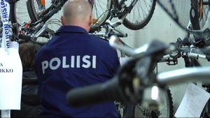 Polkupyöriä poliisilaitoksen varastossa.